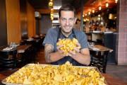 Guillaume St-Pierre, chef du restaurant La Planque, transforme... (Le Soleil, Pascal Ratthé) - image 2.0