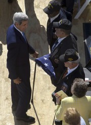 John Kerry salue les trois Marines - Jim Tracy,... (PHOTO RAMON ESPINOSA, AP) - image 1.1