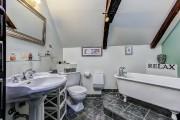 Baignoire sur pattes, lavabo sur piédestal et robinetterie... (Photo fournie par Royal LePage Tendance) - image 2.0