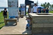 Une table ludique attire les enfants pendant que... (Le Soleil, Yan Doublet) - image 1.0