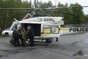 Les policiers et les enquêteurs du BST s'apprêtant... (Collaboration spéciale, Steeve Paradis) - image 1.0