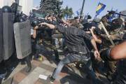 Au moins 90 membres des forces de l'ordre... (PHOTO VALENTYN OGIRENKO, REUTERS) - image 4.0