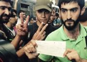 Ces migrants syriens montrent aux autorités leurs billets... (PHOTO PABLO GORONDI, AP) - image 3.1