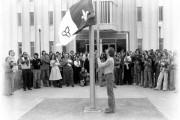 Michel Dupuis hisse le drapeau franco-ontarien devant l'Université... (Courtoisie) - image 2.0