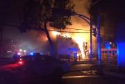 Le feu aurait pris naissance derrière ce bâtiment.... (Gabriel Delisle) - image 1.0