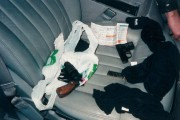 Les armes découvertes dans un Blazer vert garé... (Photo La Presse) - image 1.0