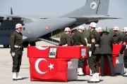 Des soldats turcs préparent les cercueils de leurs... (PHOTO AP/IHA) - image 1.0