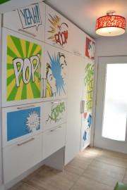 À l'entrée, un mur de rangement complet est... - image 1.0