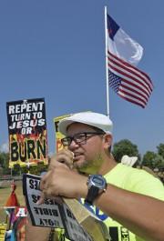Un partisan de Kim Davis lit des versets... (PHOTO AP) - image 2.0