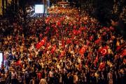 Pour la deuxième nuit consécutive, des milliers de... (PHOTO DEPO PHOTOS/AP) - image 1.0