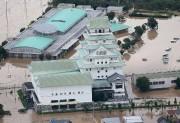 Les secours s'activaient vendredi matin à l'aube à... (PHOTO AFP/JIJI PRESS) - image 3.0