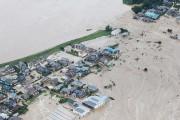 Les secours s'activaient vendredi matin à l'aube à... (PHOTO AFP/JIJI PRESS) - image 3.1