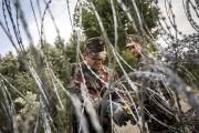 Des soldats hongrois travaillent sur la clôture barbeléeérigée... (PHOTO BALAZS MOHAI, MTI/AP) - image 1.1