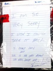 La note laissée par le tireur... (AP, Gautier Miss Police) - image 1.0