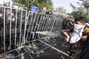 Des policiers hongrois utilisent des gaz lacrymogènes pour... (PHOTO ARMEND NIMANI, AFP) - image 1.0