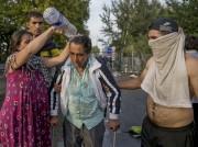 Entre jets de pierre et gaz lacrymogènes, des... (PHOTO MARKO DJURICA, REUTERS) - image 1.1