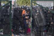 Entre jets de pierre et gaz lacrymogènes, des... (PHOTO MARKO DJURICA, REUTERS) - image 2.1