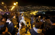Des gens se sont rassemblés dans la rue... (PHOTO RODRIGO GARRIDO, REUTERS) - image 1.0