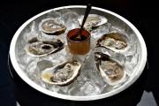 Un «chef-ouvreur» monte et sert les plateaux d'huîtres... (Le Soleil, Patrice Laroche) - image 1.0