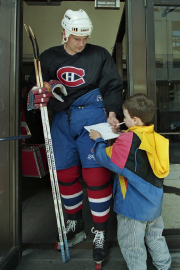 Todd Ewen signant un autographe pour un jeune... (Photo Ryan Remiorz, archives PC) - image 2.0