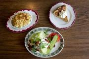 À-côté de macaroni au fromage, salade iceberg +... (PHOTO MARCO CAMPANOZZI, LA PRESSE) - image 12.0