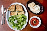 Une assiette de pita grillé aux épinards et... (PHOTO MARCO CAMPANOZZI, LA PRESSE) - image 13.0
