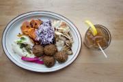 Une assiette de falafels et un thé glacé... (PHOTO MARCO CAMPANOZZI, LA PRESSE) - image 20.0