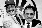 Yogi Berra, alors gérant des Yankees, pose en... (Associated Press) - image 4.0
