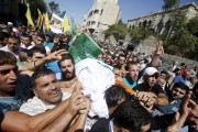 Des proches de la jeuneHadeel Al-Hashlamoun portent son... (PHOTO MUSSA QAWASMA, REUTERS) - image 3.0