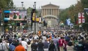 La foule s'était réunie sur une dizaine de... (PHOTO AP) - image 2.0
