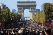 Se balader sur l'avenue des Champs-Élysées, sans le... (AP, Thibault Camus) - image 1.0