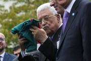 Mahmoud Abbas a tenu le drapeau avant qu'il... (PHOTO REUTERS) - image 2.0