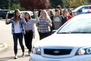 Des étudiants sont évacués du collège de Roseburg,... (PHOTO AP) - image 1.1