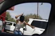 Un manifestant palestinien utilise un lance-pierre lors d'un... (PHOTO NASSER SHIYOUKHI, AP) - image 2.0