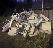 Des pupitres déposés dans les ordures de l'école... (PHOTO OLIVIER JEAN, LA PRESSE) - image 2.0