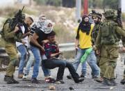 Des policiers israéliens clandestins arborant lekeffieh détiennent un... (PHOTO AFP) - image 3.0