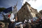 Un manifestant tient une pancarte illustrant le maire... (AFP, Filippo Monteforte) - image 3.0
