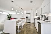 Toute en blanc, la cuisine est faite d'armoires... (PHOTO FOURNIE PAR RÉMAX QUÉBEC) - image 1.0