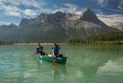 En canot sur le réservoir Canmore.... (PHOTO FOURNIE PAR TOURISME CANMORE KANANASKIS) - image 3.0