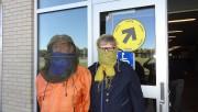 Serge-AndréLapierre, le visage couvert d'une moustiquaire, et son... (La Tribune, Alexandre Faille) - image 3.0