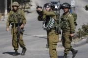 Un soldat israélien tire une grenade de gaz... (PHOTO MUSSA QAWASMA, REUTERS) - image 2.0