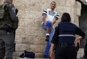 Un jeune Palestinien est inspecté par la police... (PHOTO AFP) - image 2.0