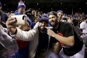 Le lanceur partant des Cubs, Jake Arrieta pose... (Associated Press) - image 5.0