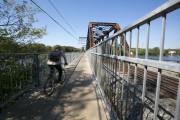 Un pont, qui surblombe la rivière des Prairies,... (Photo Hugo-Sébastien Aubert, La Presse) - image 2.0
