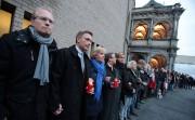 Plusieurs politiciens se sont rassemblés pour dénoncer l'attaque.... (PHOTO OLIVER BERG AFP/DPA) - image 2.0