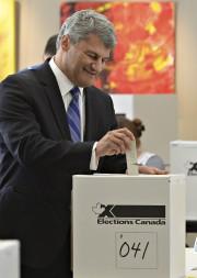 Gérard Deltell a voté lundi matin.... (Le Soleil, Patrice Laroche) - image 2.0