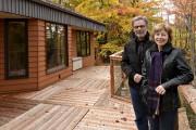 Marc Lupien et Lynda Breton sur leur terrasse... (Le Soleil, Patrice Laroche) - image 4.0