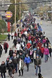 Environ 5000 personnes ont marché pendant cinq ou... (Photo Le Progrès-Dimanche, Rocket Lavoie) - image 3.0