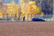 Un démineur de l'armée belge s'approche du véhicule... (PHOTO VIRIGNIA MAYO, AP) - image 1.0