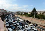 Les automobilistes de Srinagar se sont immobilisés dans... (PHOTO TAUSEEF MUSTAFA, AFP) - image 3.0